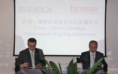 Thomas Spangler (President Brose Asia) and Feng Qingfeng (Group Vice President Geely Volvo) at the signing ceremony.