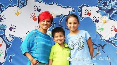 Renowned singer in Mainland China, Qidi Aisin Gioro posed for a photograph with her daughter and son, Jasmyn Aisin Gioro and Joseph Aisin Gioro, at a charity event in Beijing dedicated to hearing-impaired and autistic children.
