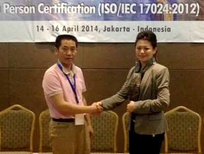 The Director of China ISCCC, Dr Zhang Jian (on the left) and the CEO of IPEC Bureau,  Dr. Juliana Lim at the MOU signing ceremony during the Asia Pacific Economic Cooperation (APEC) in Multilateral Recognition Arrangement (MLA) Readiness Project in Persons Certification (ISO/IEC17024:2012), held in Jakarta, Indonesia between 14 and 16 April 2014.