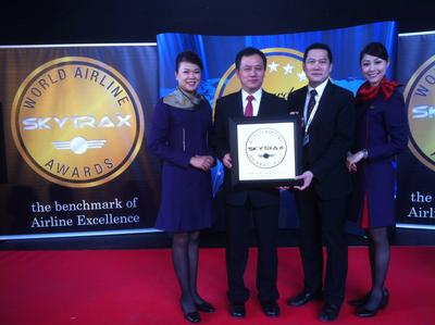 "Mr. Sun Jianfeng, Vice President (second on the left) and Mr. Stanley Kan, Director of Service Delivery of Hong Kong Airlines (second on the right) received the award of SKYTRAX ""World's Best Improved Airline"" in London on behalf of the company"