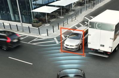 Intersection scenario - XC90 features automatic braking if the driver turns left (or right in left-hand traffic) in front of an oncoming car. The car detects a potential crash and brakes automatically in order to avoid a collision or mitigate the consequences.
