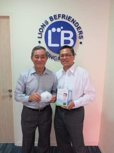 Goh Boon Han (left) from Lions Befrienders with Allen Loh (right), CEO of Advanced First Aid Research with the Aluminaid N95 masks.