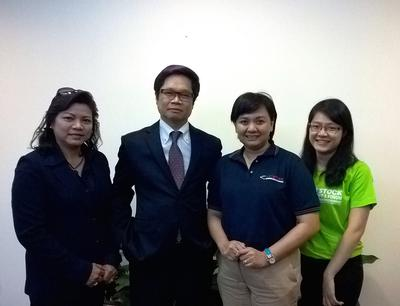 Dr Vu Tien Loc (second from left) posts with UBM Asia's team during a meeting at VCCI in Hanoi.