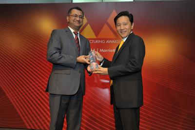 """""""Herbert Vongpusanachai, Managing Director of DHL Express Singapore, receives the award for 'Best Express Logistics Provider' on behalf of DHL at the Asia Manufacturing Awards 2014"""""""