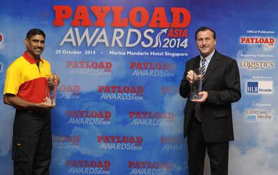 (L-R): Ramesh Natarajan, DHL Express Singapore courier** and Sean Wall, EVP, Network Operations & Aviation, DHL Asia Pacific at the Payload Asia Awards 2014.
