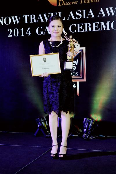 Ms. Vicky Wu, Vice President of Brand & Marketing Communications, Galaxy Macau, received the awards for Galaxy Macau and StarWorld Hotel at the ceremony held in Bangkok
