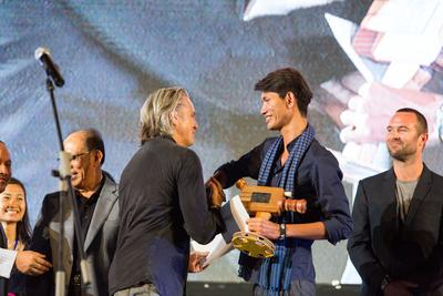 Polen Ly accepts ​his prize from Mike Ellis, President of Motion Picture Association, Asia Pacific​ (Credit: Jaky Lim)​