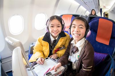 Ms. Helen Tam and pupils boarded a Hong Kong Airlines' aircraft, visited the cockpit and cabins to have face-to-face interactions with pilots and cabin crew