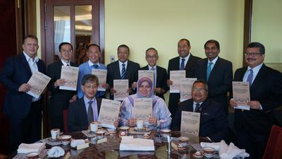 Deputy Minister of Work along Secretary General of Ministry of Works initiate construction industry leaders to discuss strategy for ICW / Ecobuild SEA 2015. Joined by CIDB Malaysia CEO; UBM Malaysia, MRCB Group, MMC Corporation, IJM Corporation, UEM Group, Gamuda Engineering, Sunway Construction Managing Director and WCT Holding Executive Director.