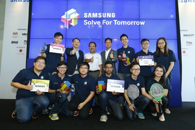 The three winning teams and the team who took home the People's Choice award, pose for a victory photo with (standing, second from left, L-R) Dato' Roh Jae Yeol, Director of Corporate Affairs, Samsung Malaysia Electronics; Datuk Dr. Mohd Yusoff Sulaiman; CEO, MiGHT (Malaysian Industry-Government Group for High Technology) and Mr. Lee Sang Hoon, President, Samsung Malaysia Electronics.