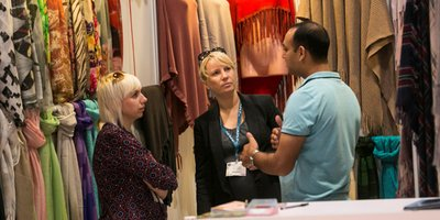 Business discussion between exhibitor and trade buyer