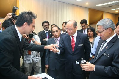 Edward V. Bautista, Jr., Senior Staff Engineer (MIMOS) showcasing the GMC, to Datuk Panglima Madius Tangau, Minister of Science, Technology and Innovation. Looking on is Dato' Sri Mustapa Mohamed The Minister of International Trade and Industry (on the right).