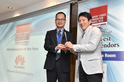 Alex Wang (left) , Vice President of Marketing Operation, Huawei Wireless, receives awards from Clement Teo, Senior Analyst, Asia Pacific, Forrester.