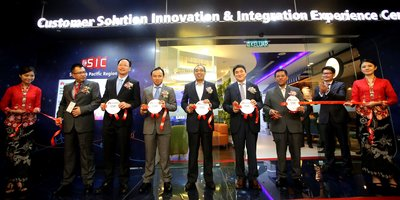 Y.B. Datuk Seri Dr. Mohd Salleh Said Keruak, Minister of Communications & Multimedia Malaysia (middle), Abraham Liu, CEO Huawei Malaysia(fourth from left) and Kevin Zhang, President Huawei Corporate Marketing (fourth from right) officially inaugurate the Huawei CSIC Opening Ceremony.