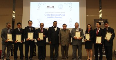 His Royal Highness Tengku Sulaiman Shah Al-Haj ibni Almarhum Sultan Salahuddin Abdul Aziz Shah, the Royal Prince of Selangor (Right 5) and Adj. Prof. Maxshangkar (FGBC), the founder and Group CEO of MCM and GIC (Left 5) and their Board of Convenors with their Certificate of Appointment.
