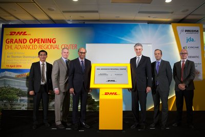 Mr Tharman Shanmugaratnam, Deputy Prime Minister & Coordinating Minister for Economic and Social Policies, Singapore (3rd from left) and Dr Frank Appel, CEO, Deutsche Post DHL (3rd from right) and DHL Supply Chain Senior Executives at the DHL Supply Chain Advanced Regional Center Launch