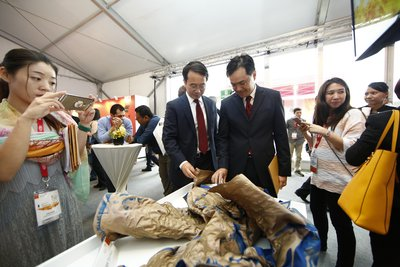 Dr Yi Zhang, Global Business Director, DuPont Protection Solutions and Mr Damian Chan, Executive Director, Energy & Chemicals, Singapore Economic Development Board inspect the DuPont™ Nomex® garment after the live burning demonstration