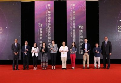 """2015 """"GoldenBee CSR China Honor Roll"""" award ceremony and trophies. Photo: Copyright Air Liquide China"""
