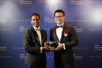 (Right) Lim Chee Siong, CMO of Huawei Southern Pacific Region receives award from Manoj Menon, Senior Partner and Asia Pacific Managing Director of Frost & Sullivan.