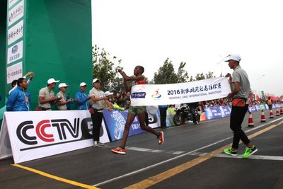 The 2016 Hengshui Lake International Marathon & National Marathon Championships (No. 4 Station) kicked off on September 24th in Hengshui, a city in China's Hebei province. The picture is of the full marathon men's champion's sprint at the finish.