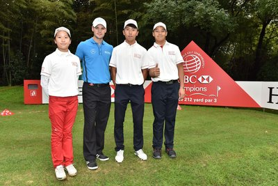 HSBC Junior golfers took the picture with Martin Kaymer