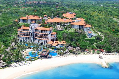 Hilton Bali Resort is situated atop a 40-meter cliff in the prestigious Nusa Dua area of Bali's southern peninsula.
