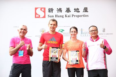 SHKP Executive Director & Deputy Managing Director Mr. Mike Wong (first right) presenting medals and souvenirs to 2016 Vertical World Circuit winners
