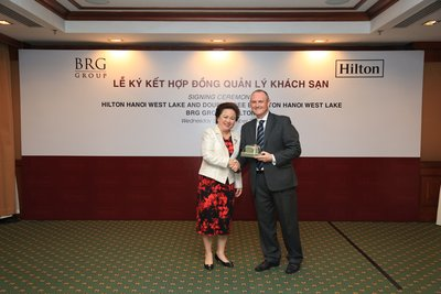 Nguyen Thi Nga, Chairman of BRG Group and William Costley, Vice President of Operations, South East Asia & India, Hilton at the signing ceremony of Hilton Hanoi West Lake and DoubleTree by Hilton Hanoi West Lake
