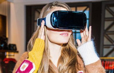 A model wears the Tommy Hilfiger VR headset in its New York store (Image: Tommy Hilfiger)
