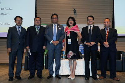 Datuk Seri Abdul Rahman Dahlan, Minister in the Prime Minister's Department, Malaysia (3rd from left) and Tan Sri Dr Jeffrey Cheah AO, Chancellor of Sunway University (2nd from right) with distinguished members from the first Plenary Discussion at the ASEAN Ministers Workshop