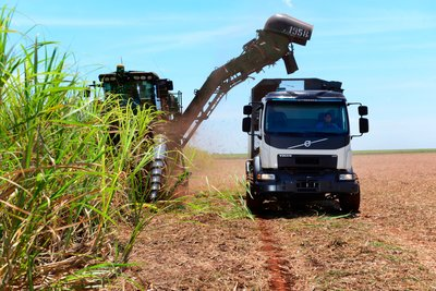 The automatic steering ensures that the truck is on the right course and distance to the harvester in order to avoid damage to the plants and compaction of the soil.
