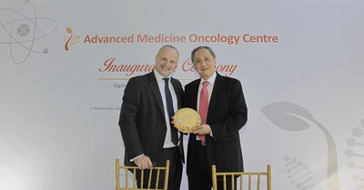 Diederik Zeven, General Manager, Health Systems, Philips ASEAN Pacific (Left) presenting Dr. Djeng Shih Kien, Founder and Chairman, Singapore Institute of Advanced Medicine Holdings (Right) with a commemorative plaque to mark the inauguration of the Advanced Medicine Oncology Centre at the Biopolis, Singapore