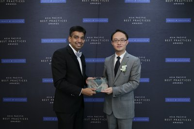 (Right) Yan Xuguang, Director of Integrated Solution, Huawei Singapore receives award from Ajay Sunder, Vice President, Digital Transformation, Frost & Sullivan.
