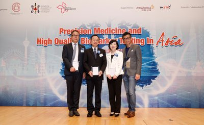On behalf of the organisers, Professor Tony Mok, Chairman of the Department of Clinical Oncology at the Chinese University of Hong Kong (Right), presented certificates of gratitude to the guests of honour, Mr. Leon Wang, EVP, International & China President of AstraZeneca (China), Mr. Zhi-ming Liu, Deputy Inspector, Department of Educational, Scientific Technological Affairs, Liaison Office of the Central People's Government in the Hong Kong SAR and Mrs. Fanny Law, Chairperson of HKSTP. (From left to right)