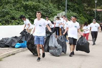 Volunteers travelled to Shek O, where they broke into teams to clean up different areas of the coastline.