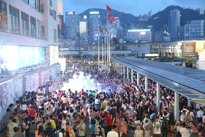 "Every performance of Harbour City ""Bubble Up"" public art projects attract thousands of Hong Kong residents and tourists to enjoy the brand-new and unique experience."
