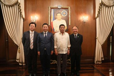 Dr. Yang Zhihui, Chairman and Executive Director of the Company, with President Rodrigo Duterte