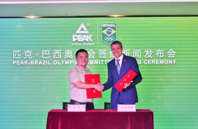 Peak Sport CEO Xu Zhihua (left) signs cooperation agreement with Brazil Olympic Committee Executive Chairman Agberto Guimaraes (right)