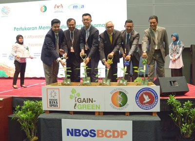 (Third from right) Chairman of Bioeconomy Corporation, Tan Sri Zakri Abdul Hamid and Chief Executive Officer of Bioeconomy Corporation, Dr. Mohd Shuhaizam Mohd Zain during the launch of BioAgropreneurship Programme.