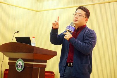 Jay Wei delivers a speech at Wuhan University in 2016
