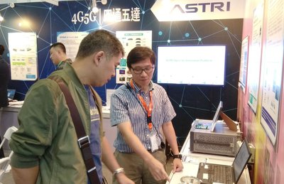 ASTRI's technology expert (right) introduces the latest 4G/5G and smart city technologies to the visitor at the PT EXPO China 2017.