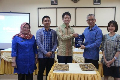 left - right: Dra. Hj. Rusdiana, M.Si - Headmaster of SMAN 3 Palembang, Fajri Nuari - Government Relations Quipper Indonesia, Yuta Funase - Co-Country Manager Quipper Indonesia, Drs. Widodo, M.Pd - Head of Education Institution of South Sumatera Province and Mareza Bahariyani - Quipper Indonesia staff