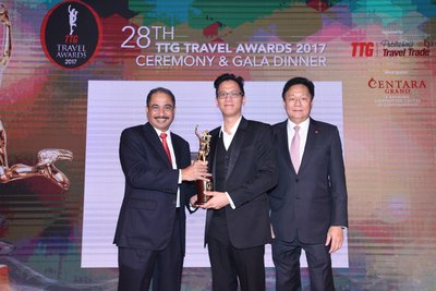 Hertz Asia was once again honoured for being in the TTG Travel Hall of Fame. Pictured (l-r) Arief Yahya, Minister of Tourism, Republic of Indonesia, Marcus Tan, Director, Commercial Development, South Asia, Hertz Asia Pacific and Darren Ng, Managing Director of TTG Asia Media.