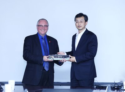 Foton Motor Group President Gong Yueqiong and TDG President & CEO Paul Doherty