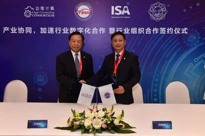 Walter Fang (left), ECC Vice Chairman, and Qiu Xiangdong (right), TIAA Vice President, sign the strategic cooperation agreement