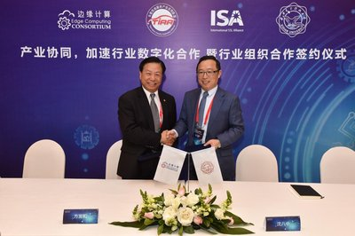 Walter Fang (left), ECC Vice Chairman, and Shen Bazhong (right), Dean of School of Telecommunications Engineering of Xidian University sign the strategic cooperation agreement