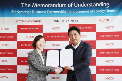Representatives of Klook Travel and LOTTE DFS signing the Memorandum of Understanding