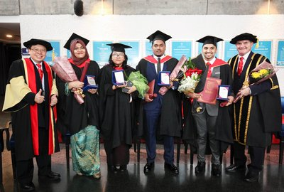 Dean of Faculty of Business and Law, Associate Prof. Dr Chong Aik Lee (left) and IUMW's Deputy Vice Chancellor, Mr Stephen Griffiths (right) capturing the moments with recipients of Best Student Awards 2017, Shahrul Bariah Binti Mustaffa Kamal (second left), Noreema Binti Norizan, Mohammed Taufiq Bin Iqbal, Anil Sk Nair (two from right).
