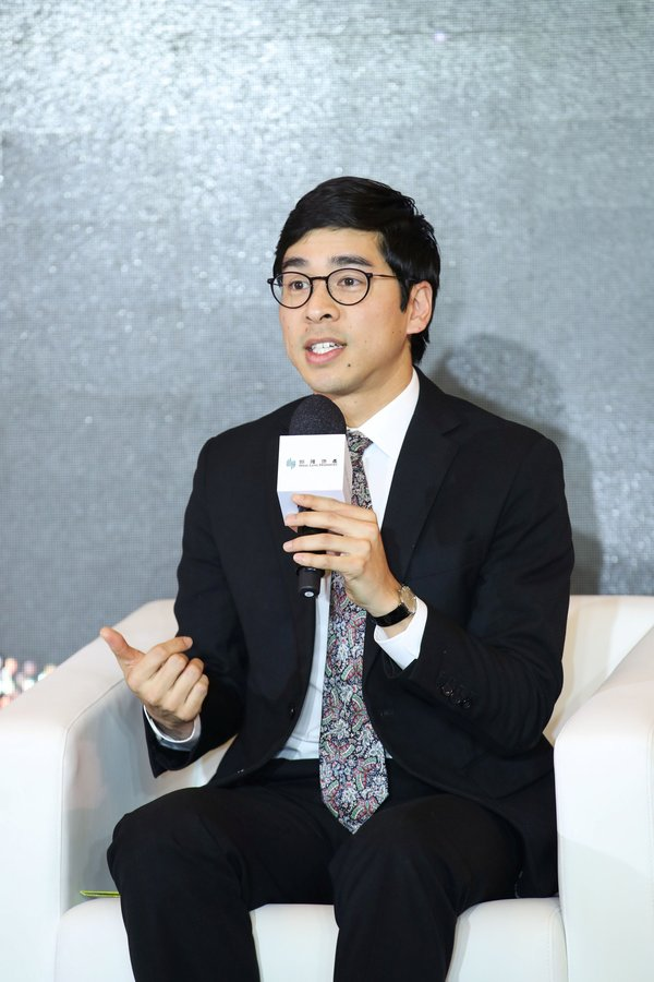 """Mr. Adriel Chan, Executive Director of Hang Lung Properties, shares his insights into trends in luxury retail service driven by Millennials and the Z Generation, as well as the Company's strategies and initiatives in the face of challenges, at the """"Hang Lung Retail Service Award"""" Presentation Ceremony cum Discussion Forum."""