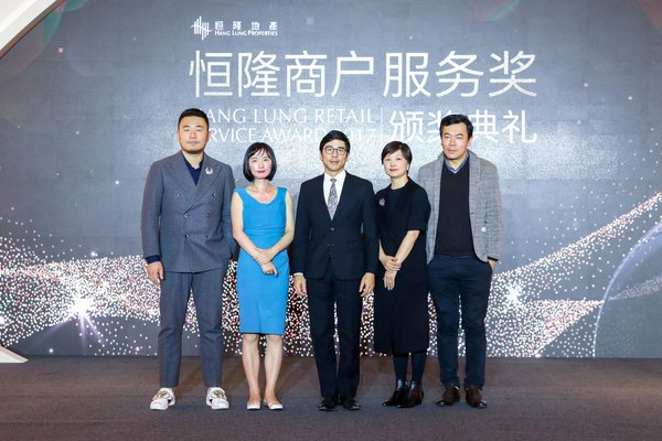 Adriel Chan (middle), Executive Director of Hang Lung Properties; Jessie Qian (2nd from right), Head of Consumer and Retail (China) of KPMG China; Roth Lai (1st from right), Deputy Editorial Director of ELLE China; Bunny Gu (2nd from left), representative from a renowned mystery shopper research company, and Ji Liang (1st from left), famous fashion blogger in China delve into trends of luxury retail service driven by Millennials and the Z Generation, as well as the resulting challenges and opportunities.